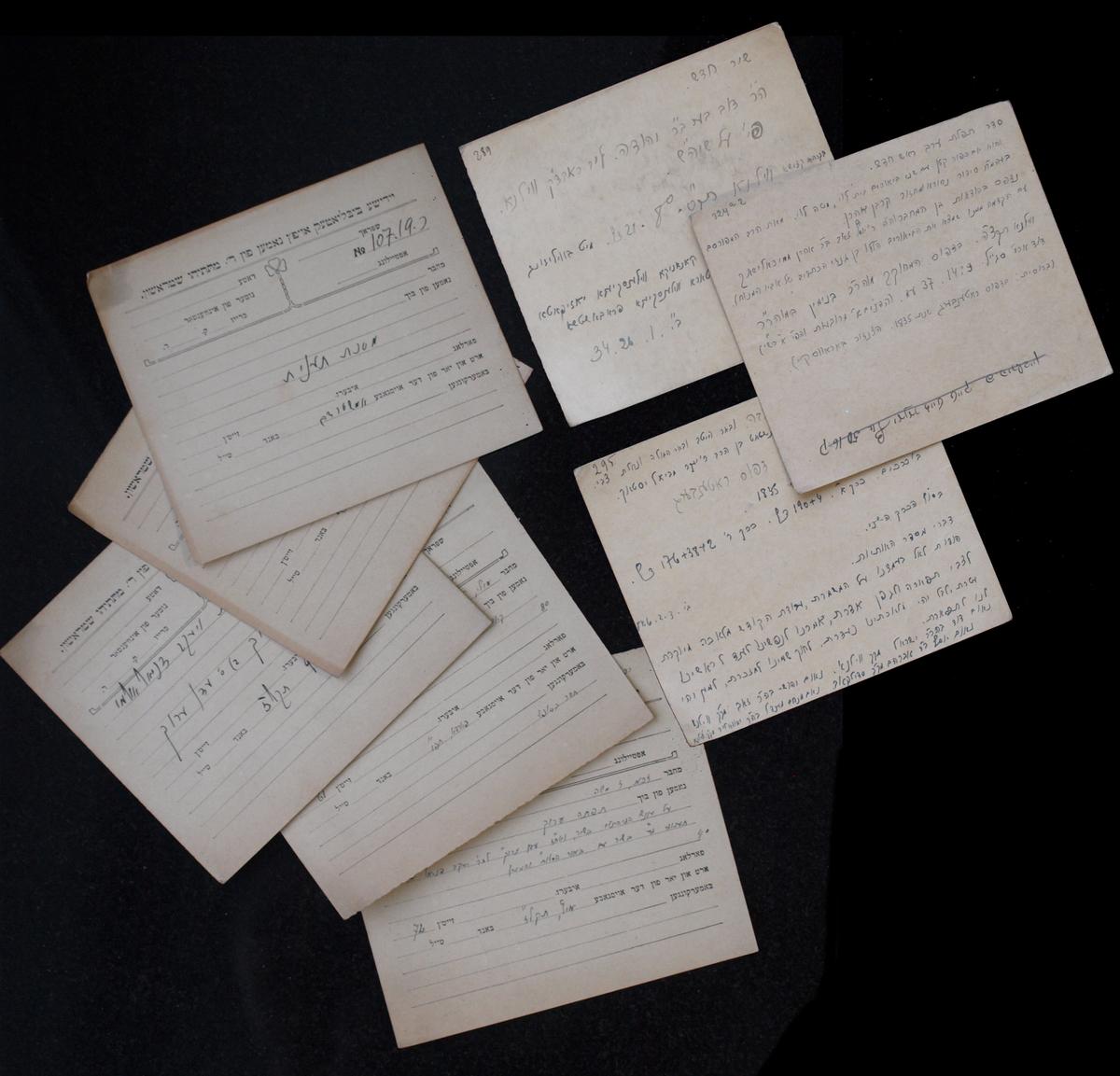"""Strašuno bibliotekos kartotekos fragmentai. <br /> Knygoms iš Mato Strašuno asmeninės kolekcijos aprašyti ant kortelių buvo klijuojamos iškarpos iš dublikatų spausdinto katalogo """"Likute shoshanim"""" (hebr. Rožių skynimas), išleisto Dovydo Strašuno. <br /> Berlynas, Cvi Hiršo Icikovskio spaustuvė, 1889."""