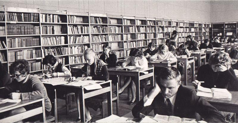 B. Radzevičius Respublikinės bibliotekos skaitykloje. 1970 m., Vilnius.