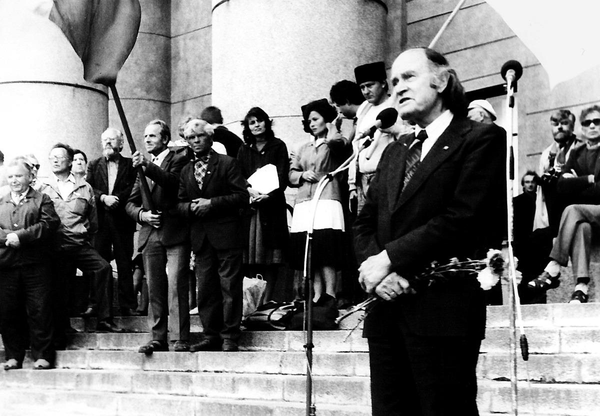 Julius Juzeliūnas kalba sąjūdiečių mitinge prie Nacionalinės Martyno Mažvydo bibliotekos, 1991-ųjų kovo 11 d.
