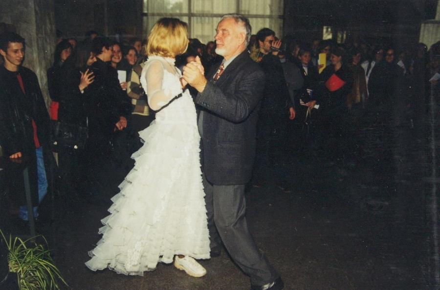 Jie ilgai ir laimingai gyveno. 2-asis LF SA gimtadienis. 2001 m.