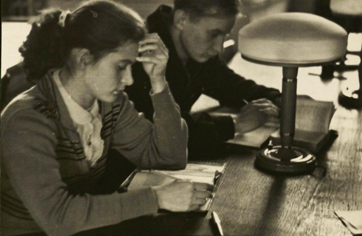 Su kurso drauge Irena Žvigaityte Vilniaus universiteto bibliotekos skaitykloje. 1959 m.