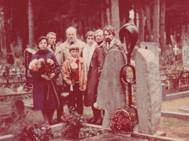 Grupė rašytojų ir artimųjų prie B. Radzevičiaus kapo. Apie 1982 m., Vyžuonos.