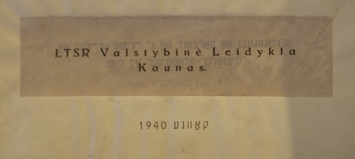 """Almanacho """"Bleter"""" tituliniame lape jidiš kalba užrašytas leidyklos pavadinimas  užklijuotas užrašu lietuviškai."""
