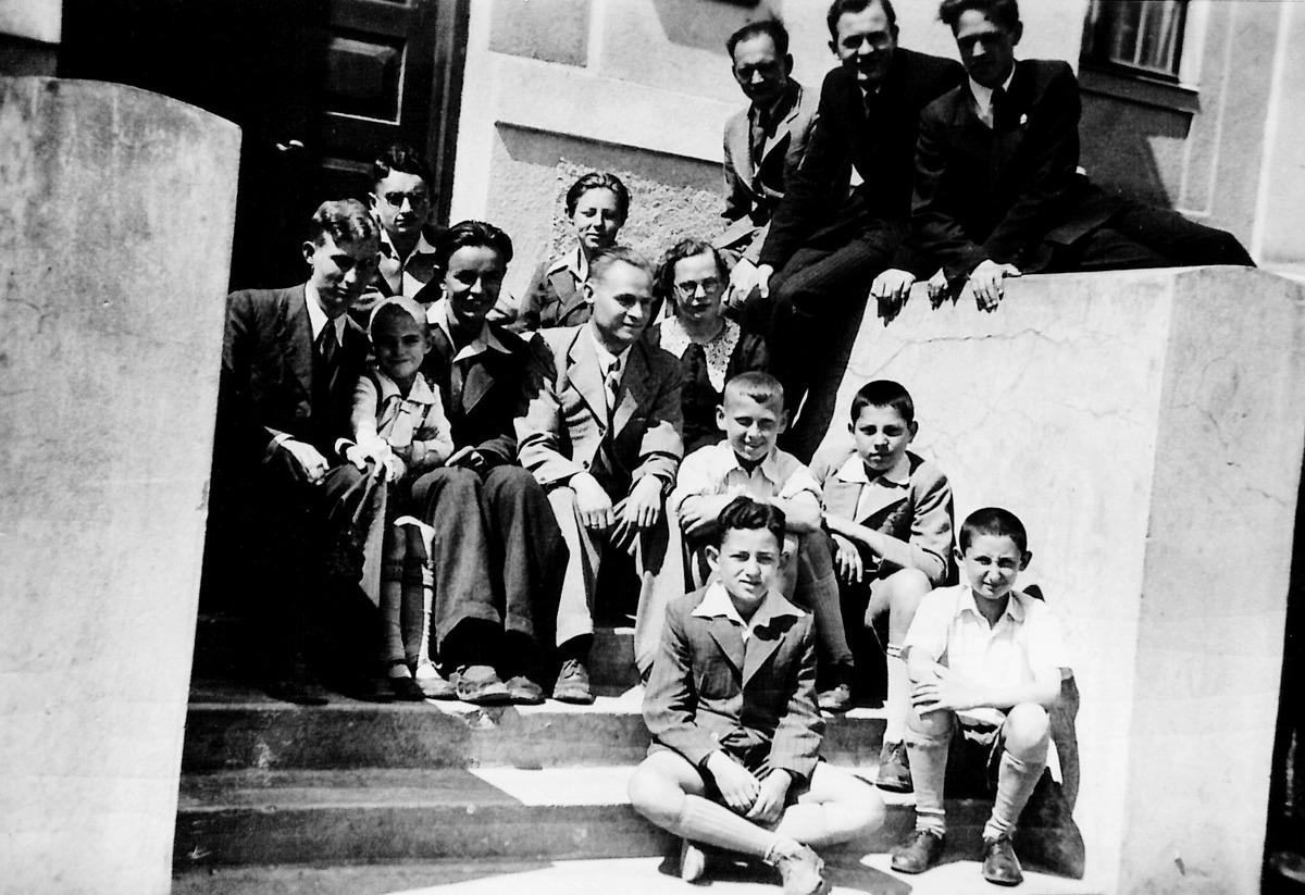 Šiaulių muzikos mokyklos Povilo Matiuko smuiko klasė. Julius Juzeliūnas viršuje iš dešinės antras, 1943-1944 m.