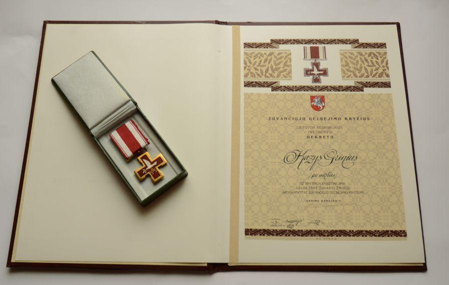 Žūvančiųjų gelbėjimo kryžius ir liudijimas, kuriuo Lietuvos Respublikos Prezidento dekretu apdovanotas Kazys Grinius (Po mirties). Vilnius, 1993 m. rugsėjo 20 d.