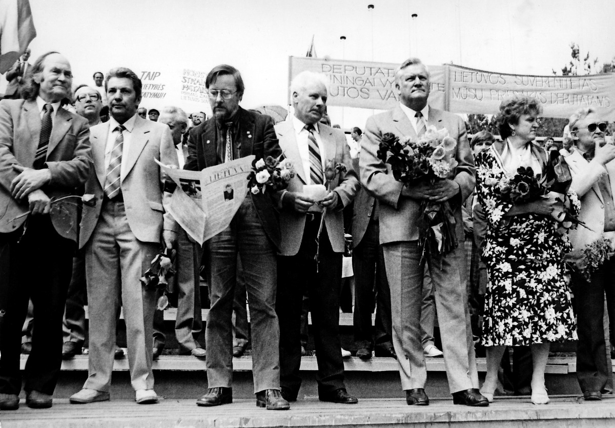 SSRS liaudies deputatų palydos Vilniaus Kalnų parke. Iš kairės Julius Juzeliūnas, 1989 m.