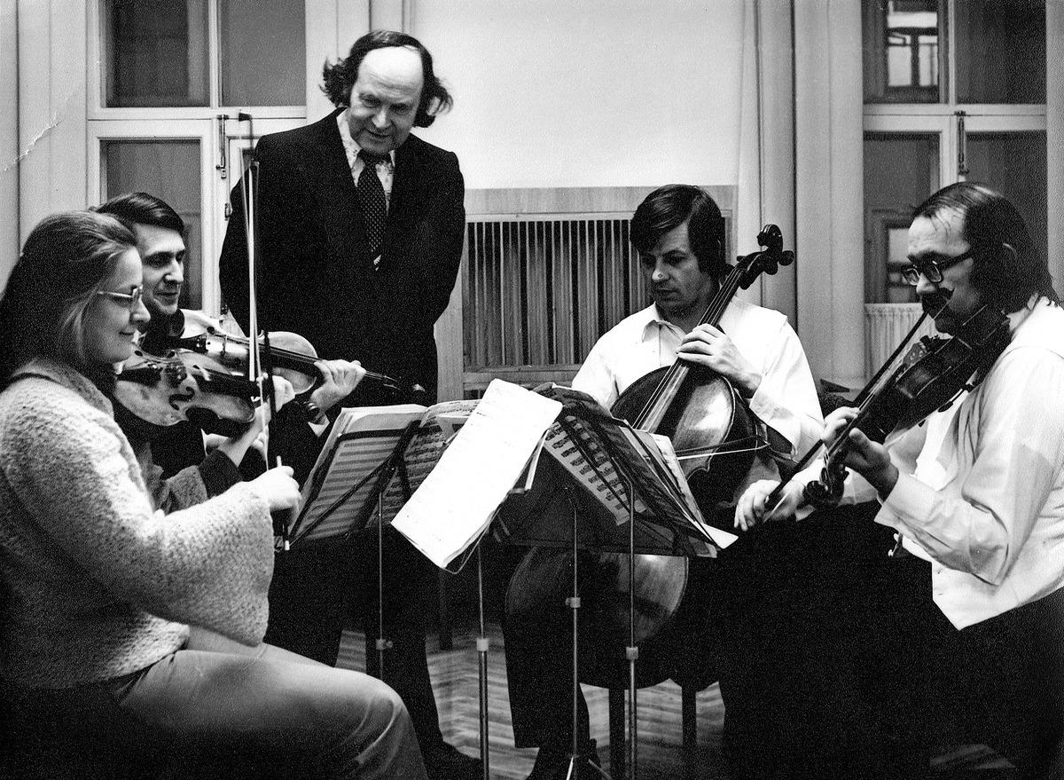 """Repetuojant """"Devynis laiškus ir post scriptum"""" su Vilniaus styginių kvartetu. Centre - Julius Juzeliūnas, apie 1970 m."""