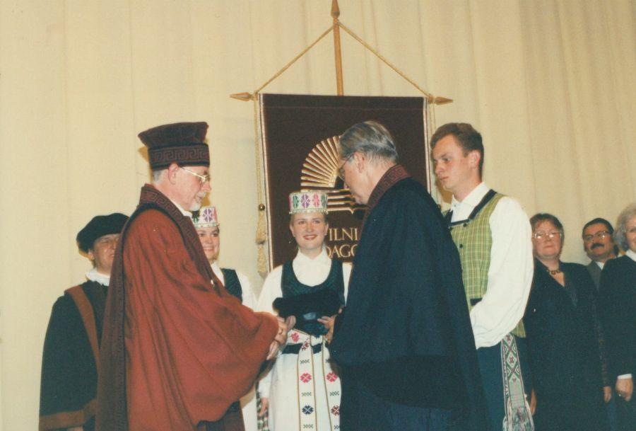 Tuomečio VPU rektorius prof. A. Pakerys (ilgą laiką dėstęs Lituanistikos fakultete) kardinolui A. J. Bačkiui suteikia VPU garbės daktaro vardą. 1997 m.