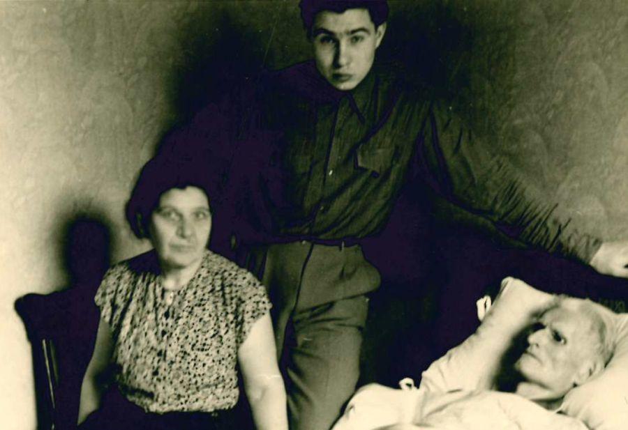 K. Grinius ligos patale. Šalia – žmona Kristina ir sūnus Liūtas. Čikaga (JAV), 1950 m. birželio 3 d.