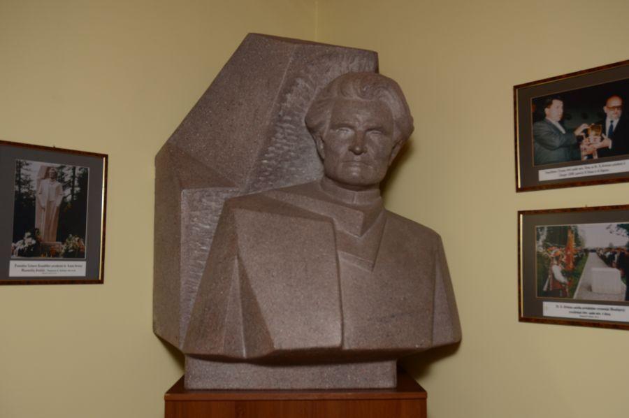 K. Griniaus skulptūra-biustas. Skulptorius – Kęstutis Balčiūnas. 1997 m.
