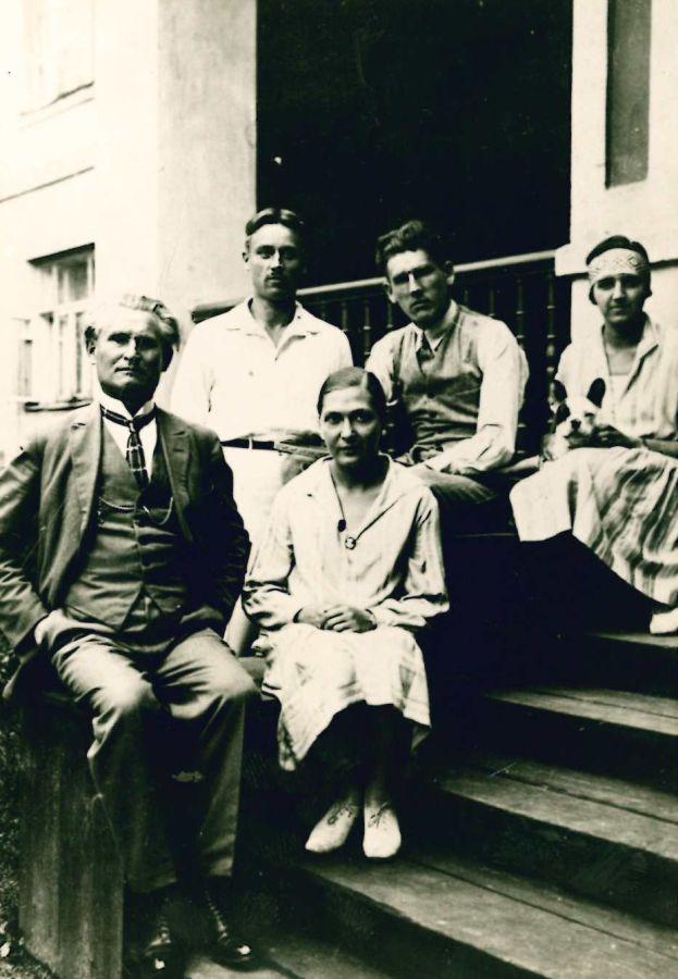 I eilėje iš kairės: K. Grinius, dukra Gražina; II eilėje iš kairės: A. Novickis, K. Griniaus sūnus Kazys, B. Noviclienė.