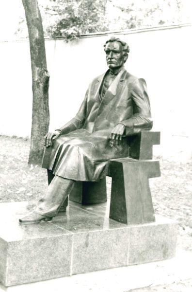 Paminklas K. Griniui Istorinės Lietuvos Respublikos Prezidentūros kieme. Skulptorius – Stasys Žirgulis. 1996 m.