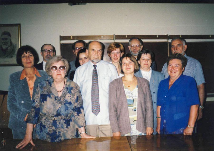 Grupelė Lituanistikos fakulteto darbuotojų pasibaigus renginiui. Apie 2000 m.