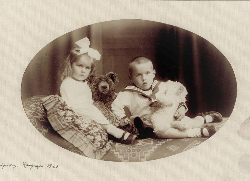 f145-101-diplomato-dovo-zauniaus-sunaus-nuotrauku rinkinys--dovo-zauniaus-sunus-ir-dukrele-1923.jpg