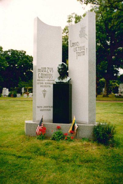 Paminklas Prezidentui K. Griniui Lietuvių tautinėse kapinėse Čikagoje. Skulptorius – Romojus Mozoliauskas. 1994 m.