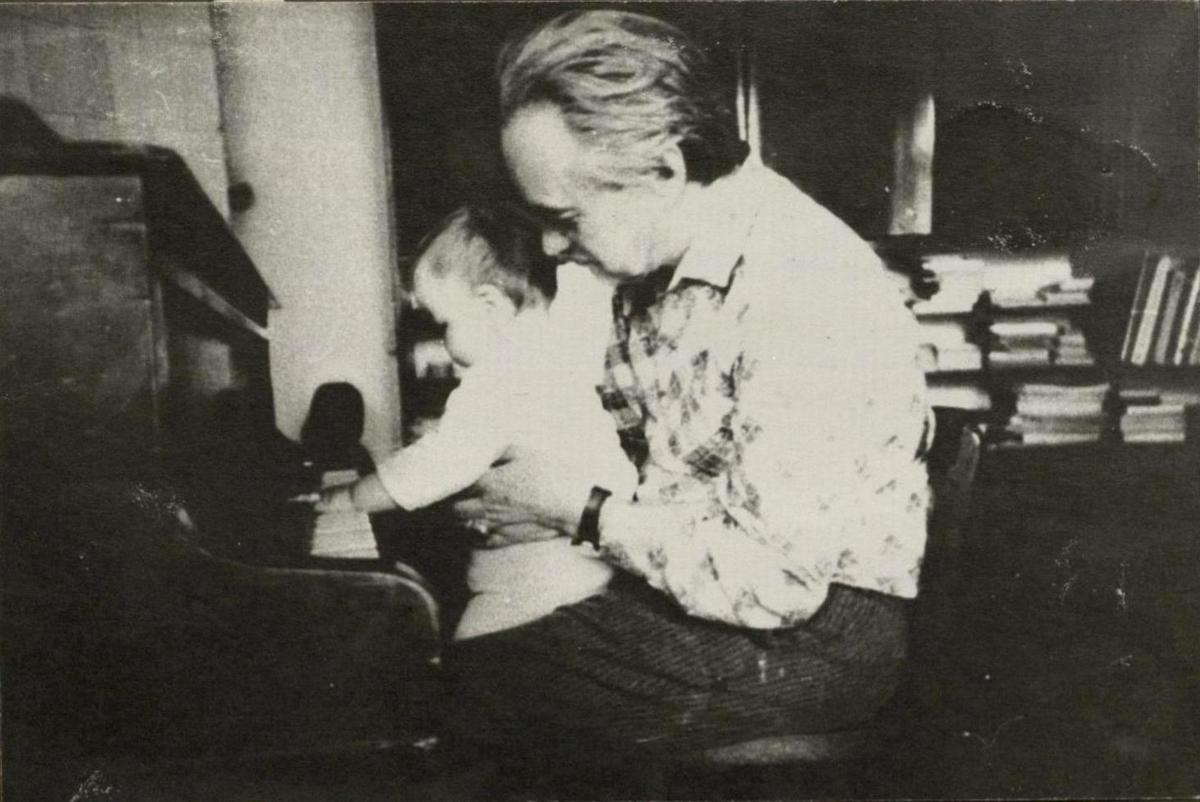Pirmoji Petro pažintis su fortepijonu. Rimas ir Petras Geniušai