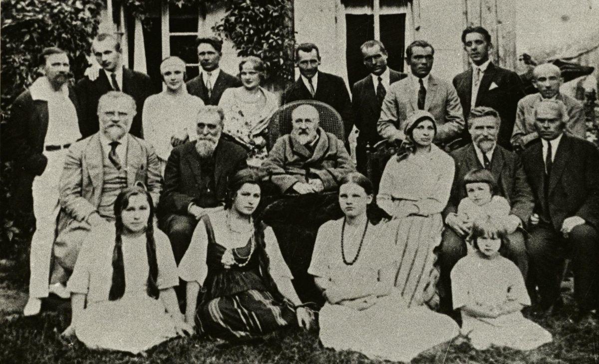 """Pirmo lietuviško spektaklio """"Amerika pirtyje"""" 25 metų minėjimas Palangoje 1924 m.Antroje eilėje dr. J. Šliūpas, dr. J. Basanavičius, prof. J. Jablonskis."""