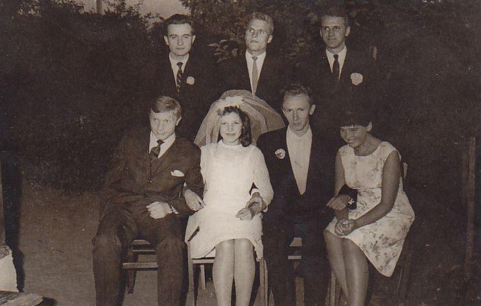 B. Radzevičius (antros eilės viduryje) A. Masionio ir B. Baltrušaitytės vestuvių metu. Iš kairės stovi R. Gudaitis, iš dešinės – J. Trinkūnas. 1964 m., Tauragės raj.