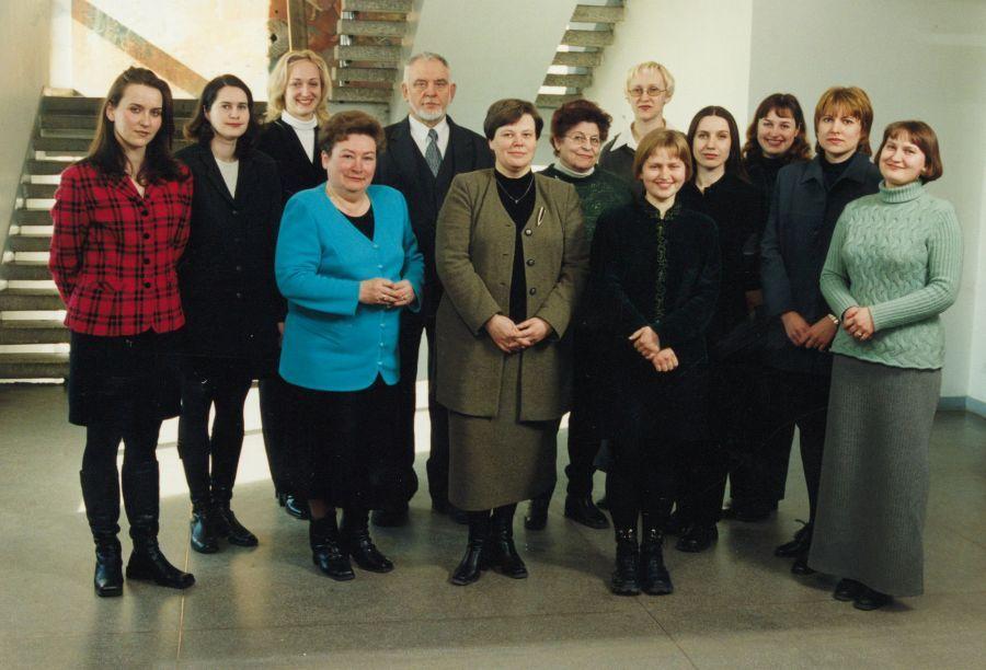 Lituanistikos fakulteto administracijos darbuotojai. 2000 m.