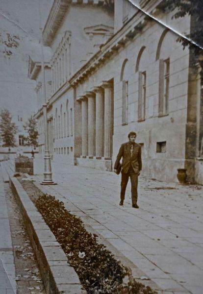 Pakeliui iš Vilniaus universiteto centrinių rūmų. 1963 m., Vilnius.