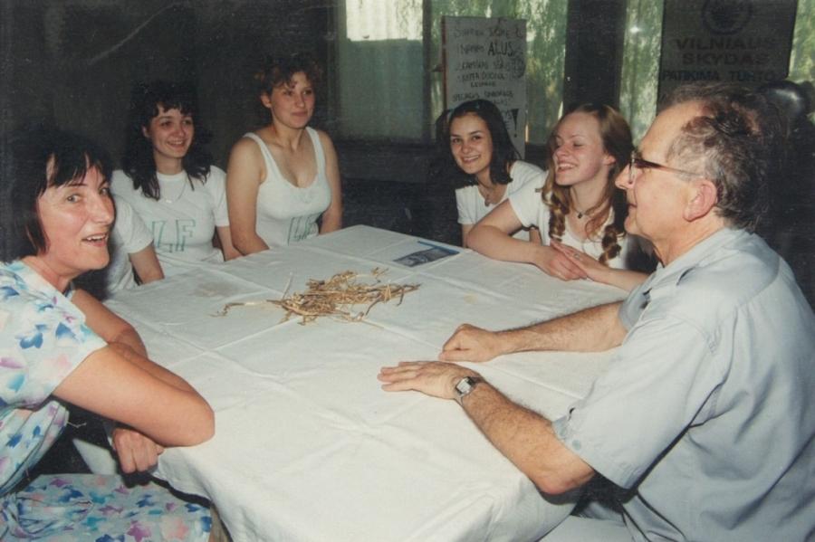 Lituanistikos fakulteto dėstytojai su studentais Lituanistų dienų renginio metu. 2000 m.