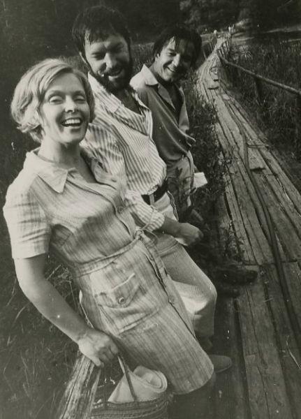 """Aktoriai E. Pleškytė, R. Adomaitis ir B. Babkauskas, filmuojant kino juostą """"Sadūto Tūto"""". 1973–1974 m., Veisiejai."""