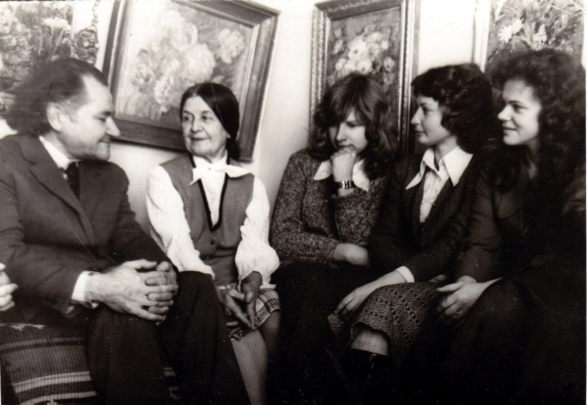Vladas Žukas su knygotyros klubu pas dailininkę Domicėlę Tarabildienę. 1975 m.