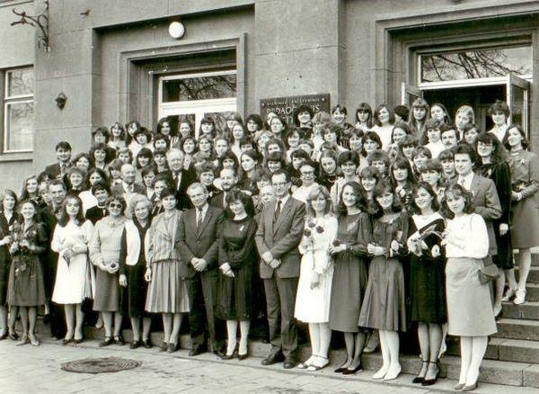 Lietuvių kalbos ir literatūros fakulteto dėstytojai su absolventais. 1985 m.