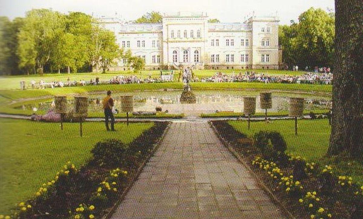 Kunigaikščių Oginskių dvaro centriniai rūmai Plungėje. 2006 m.