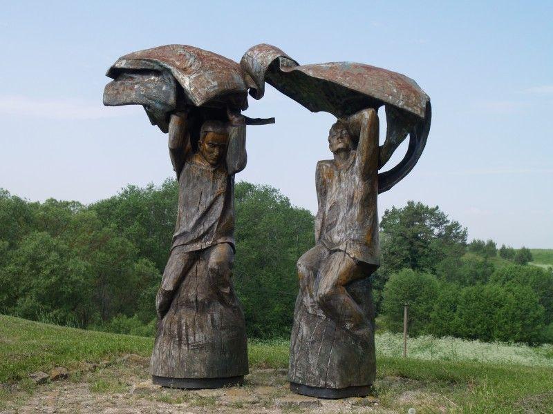 Vyžuonų Rašytojų kalnelyje stovinčios 2000 m. skulpt. H. Orakausko sukurtos skulptūros, skirtos pagerbti žymius Vyžuonų krašto žmones – rašytoją Bronių Radzevičių ir poetą Antaną Masionį.