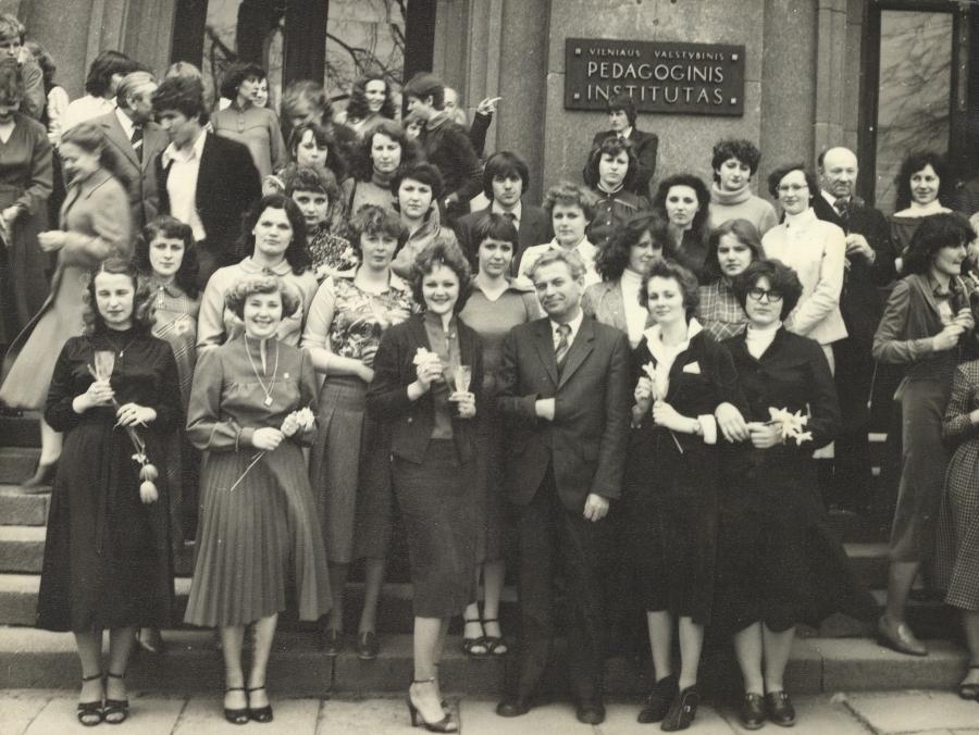 Lietuvių kalbos ir literatūros fakulteto doc. A. Rasimavičius su IV kurso studentais. 1981 m. balandžio 21 d.