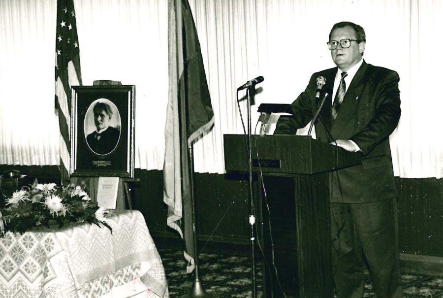 Atsisveikinimo ceremonija su K. Griniaus palaikais Balzeko muziejuje (prieš grąžinant juos į Lietuvą). Kalba – LR amabasadorius JAV A. Eidintas. Čikaga (JAV), 1994 m.