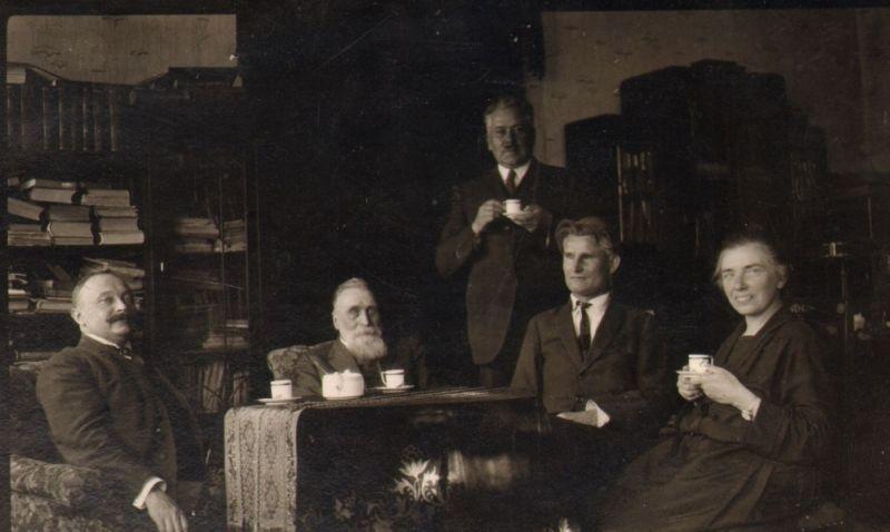 Iš kairės: Mykolas Sleževičius, Jonas Basanavičius, Tomas Naruševičius, Kazys Grinius ir Felicija Bortkevičienė. Apie 1925 m.