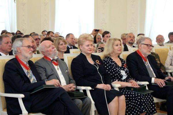 """R. Adomaitis valstybinių apdovanojimų """"Už nuopelnus Lietuvai ir už šalies vardo garsinimą pasaulyje"""" LR Prezidentūroje metu. 2012 m. liepos 6 d."""
