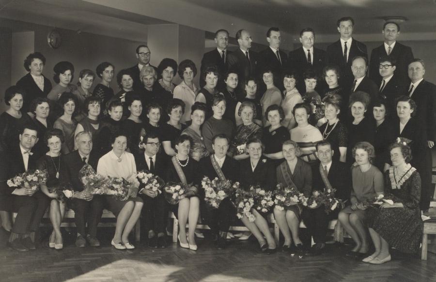 Lietuvių kalbos ir literatūros fakulteto dėstytojai su absolventais neakivaizdininkais. 1966 m.