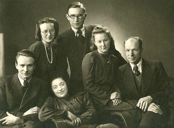 Su kusro draugais. Taida antra iš dešinės.  1948. Kaunas