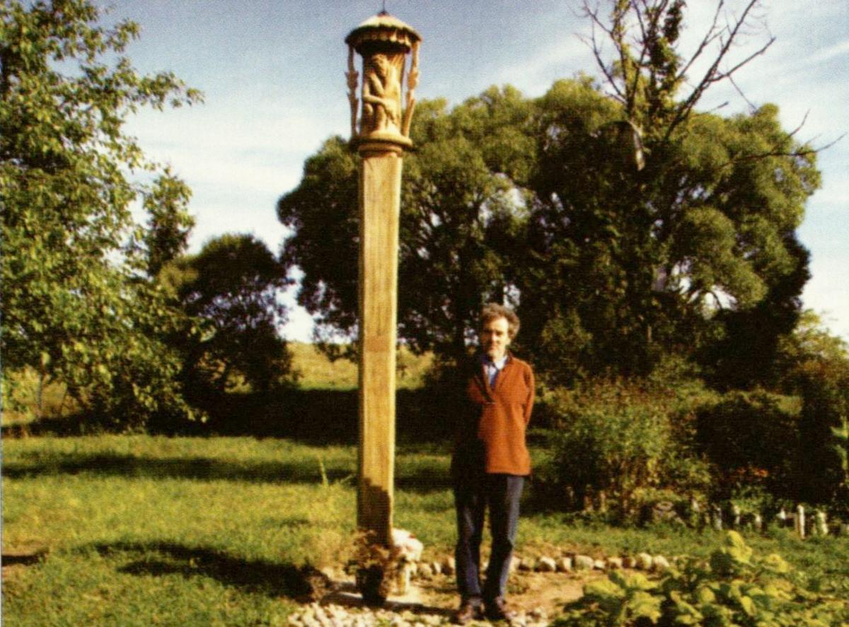 Prie žmonos Jonės atminimui pastatyto koplytstulpio Ažušiliuose. 2007 m.