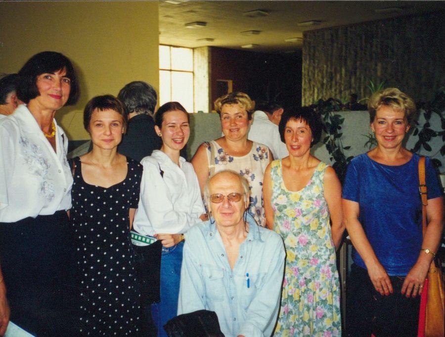 Lituanistikos fakulteto dėstytojos susitikimo su Ohajo (JAV) universiteto profesoriumi, vienu iškiliausių lietuvių išeivijos filosofų A. Mickūnu Pasaulio lituanistų bendrijos suvažiavimo metu. 1998 m.