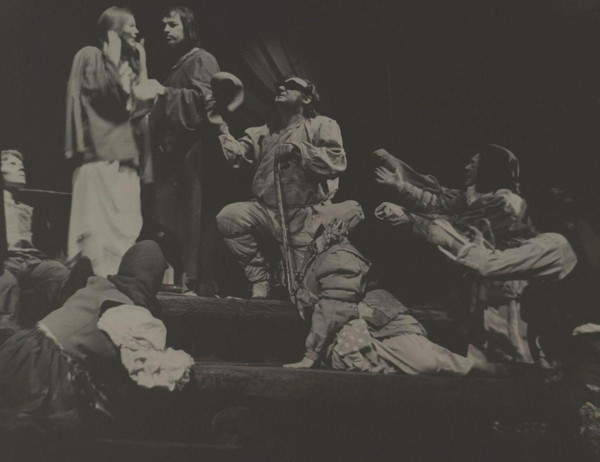 """Scena iš spektaklio """"Ubagų sala""""."""