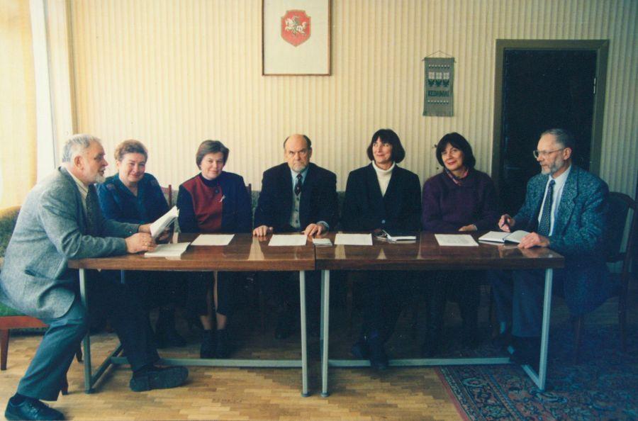 Lituanistikos fakulteto dekanas prof. P. Bražėnas (pirmas iš kairės), prodekanė lekt. D. Pūrienė (antra iš kairės) ir prof. V. Drotvinas su katedrų vedėjais. 2000 m.