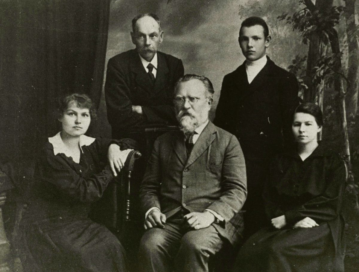 Dr. J. Šliūpas (centre) su bendradarbiais Biržuose.