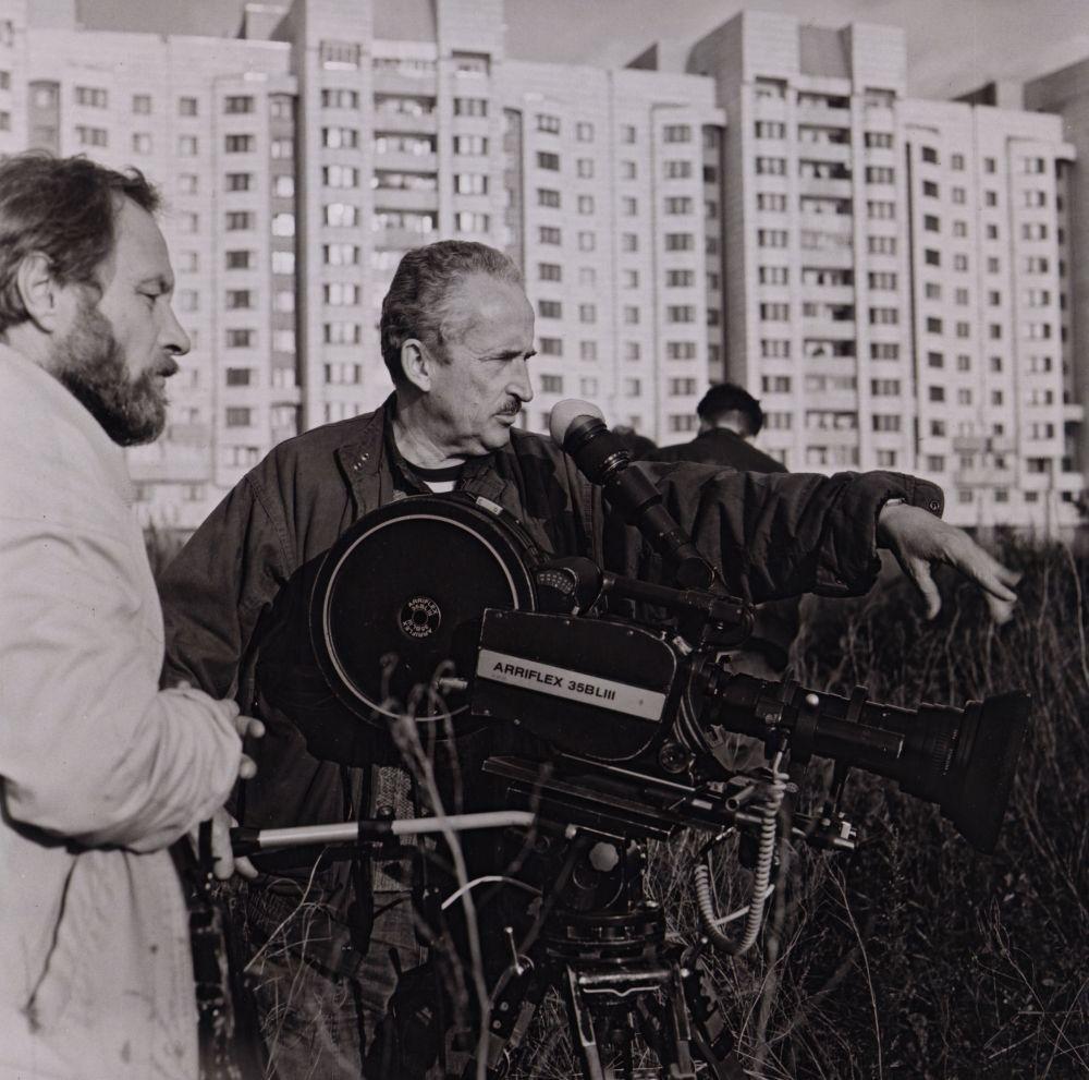 """V. Žalakevičius """"Žvėris, išeinantis iš jūros"""" filmavimo metu. 1992 m."""