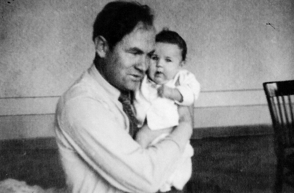 Julius Juzeliūnas su pirmagime Danguole, 1953 m.