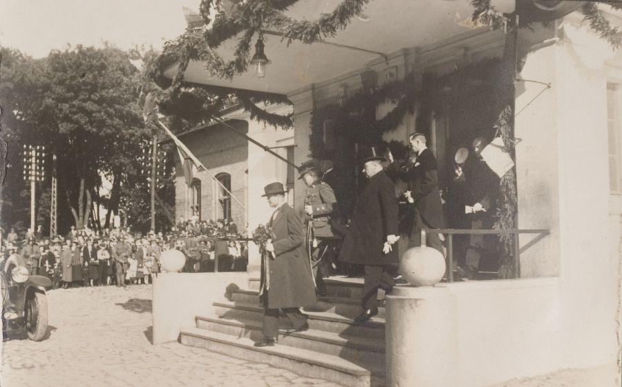 Prezidentą, išeinantį iš Klaipėdos geležinkelio stoties, sutinka miesto gyventojai. Klaipėda, rugpjūčio 29 d.