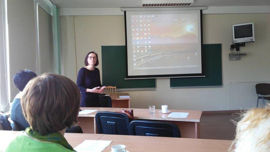Lituanistikos fakulteto mokslinė bendradarbė dr. D. Cidzikaitė Tarpdalykinio jaunųjų diasporos tyrėjų seminaro metu. 2016 m.