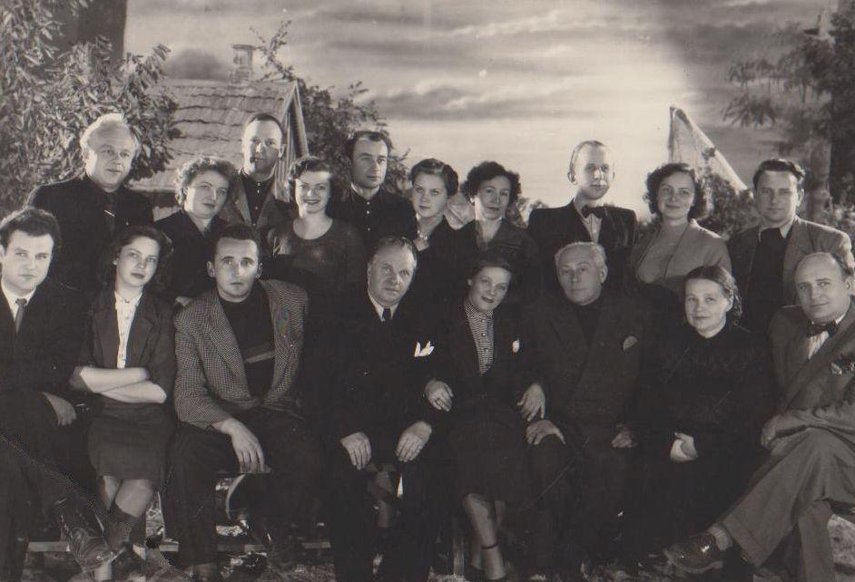 """V. Žalakevičius su filmo """"Kol nevėlu..."""" kūrybine grupe. 1957 m."""