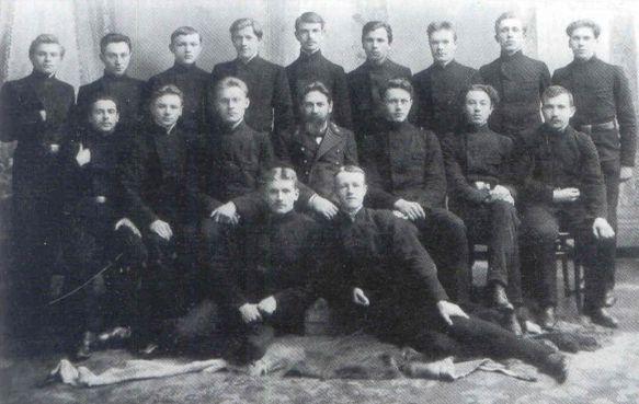 Petras Klimas (stovi trečias iš kairės) – Marijampolės gimnazijos 8 klasės mokinys. 1909 m.