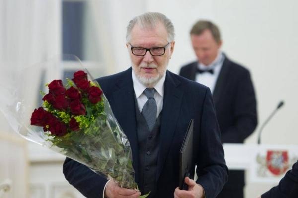 Lietuvos nacionalinės kultūros ir meno premijos laureatų apdovanojimų LR Prezidentūroje metu. 2014 m.