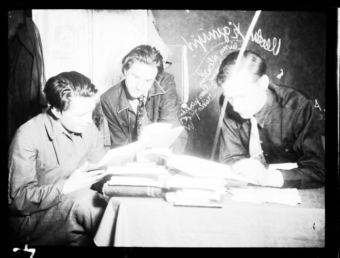 Jonas, Adolfas Mekai ir Leonas Lėtas D. P. stovykloje Vokietijoje. Apie 1949 m.