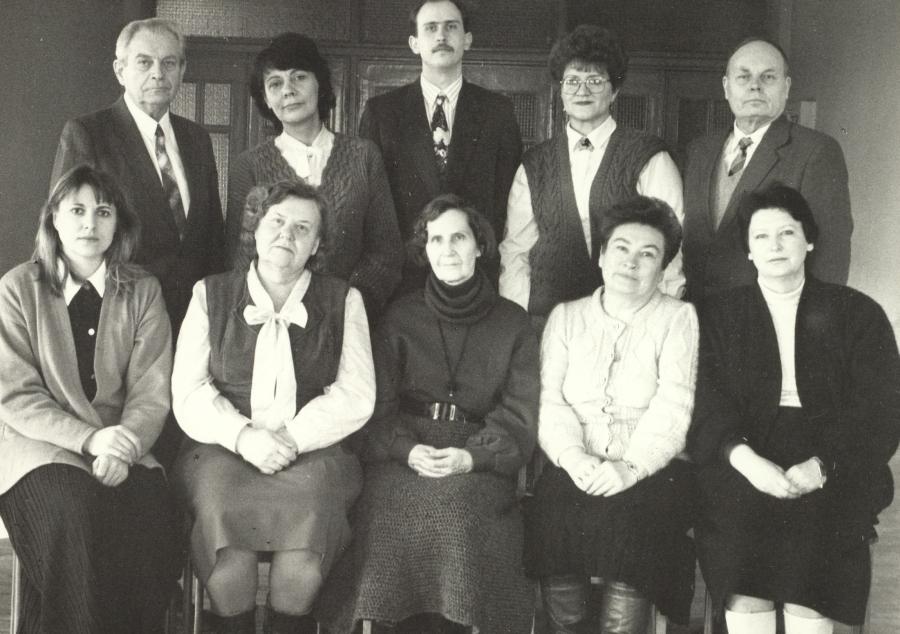 Būrelis Lituanistikos fakulteto dėstytojų. Apie 1996 m.